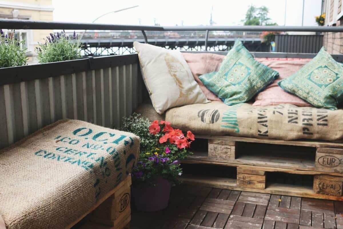 Balkonmöbel aus Europaletten-Europaletten-Balkonmöbel-Saris-Garage-DIY-Sari