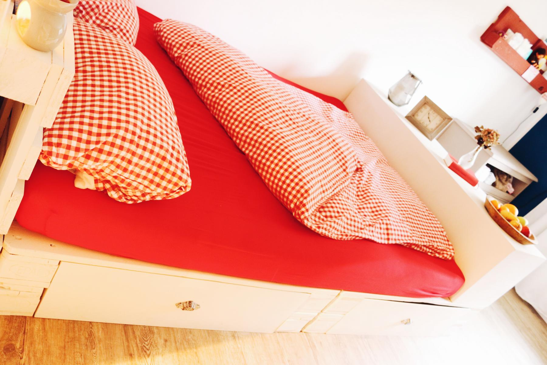Palettenbett im Schlafzimmer