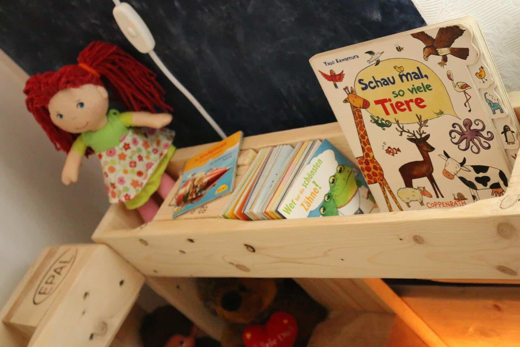 Ablageflächen für Kinderbett