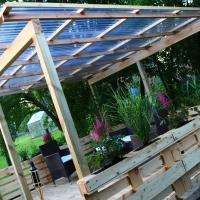 Terrasse aus Paletten im Garten bauen