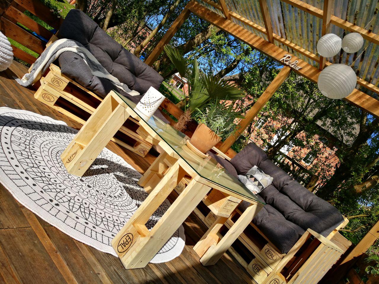 Terrasse aus Europaletten im Garten bauen