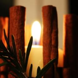 Weihnachtsdeko - Kerzen mit Zimtstangen dekorieren