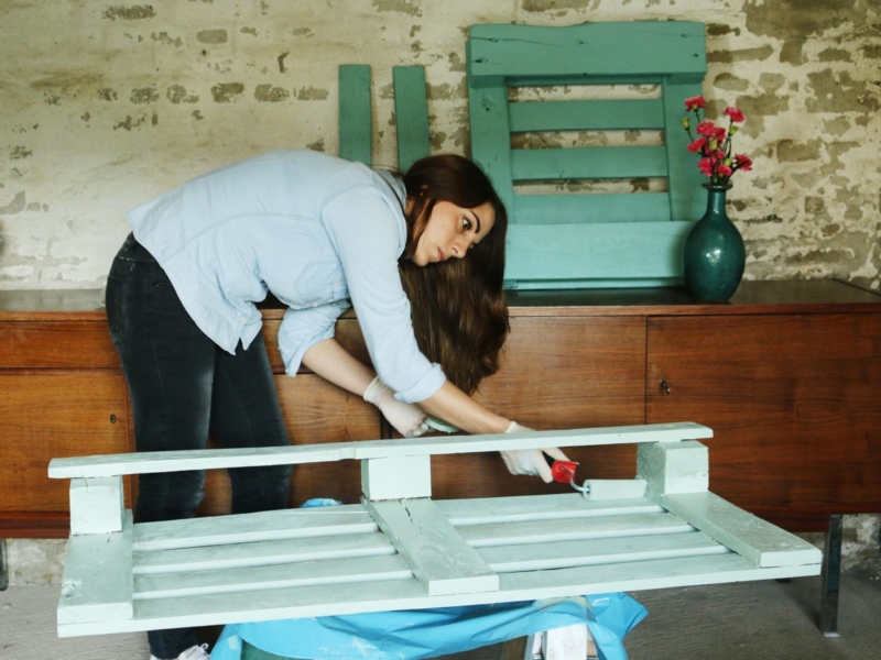 Weinregal aus Paletten selber streichen und bauen
