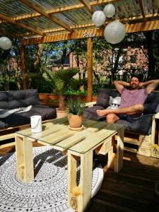terrasse aus paletten selber bauen palettenm bel diy. Black Bedroom Furniture Sets. Home Design Ideas